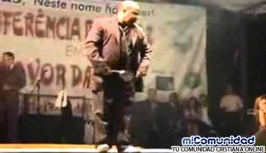 """""""Pastor Michael Jackson"""" tiene éxito en iglesias por su baile"""