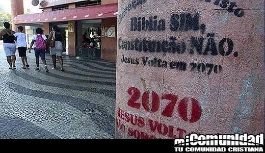 """Fieles de iglesia pintan muros y aceras """"...Jesús volverá en 2070"""""""