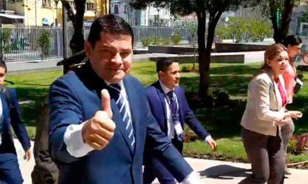 Carlos Tuares llegó a la Asamblea en medio de barras de apoyo.
