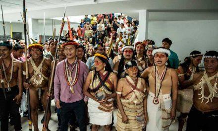 Decisión: Indígenas protestan afuera de Complejo Judicial en El Puyo para evitar la explotación del bloque 22