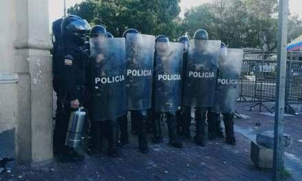 Fuerte represión a ciudadanos que fueron a respaldar al CPCCS. Video.