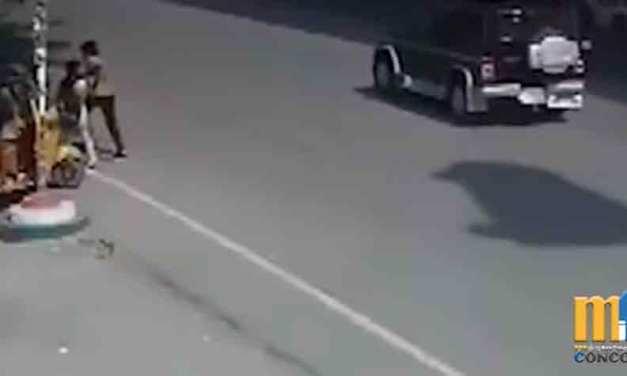 Vehículo fuera de control sale volando de un puente a una calle transitada. VIDEO