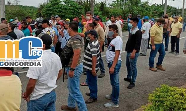 Ciudadanos bloquean vía El Carmen-Santo Domingo en exigencia al Gobierno Nacional por pagos pendientes