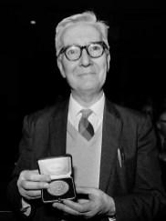 De Swammerdam medaille wordt uitgereikt aan prof. dr. Nikolaas Tinbergen. Tinbergen toont de medaille *7 december 1973