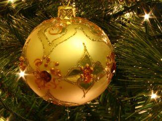 Decorazione a forma di sfera su albero di natale