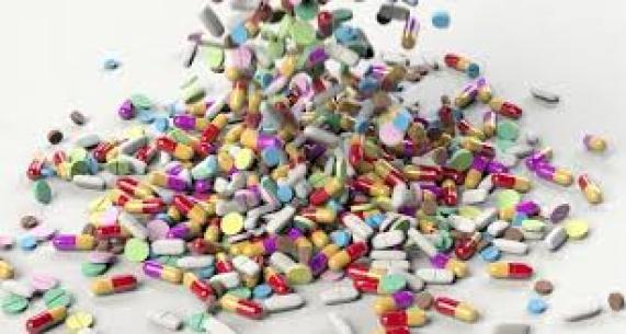 Abusare di antibiotici influenza la salute dell'uomo cambiando il microbiota e la risposta immunitaria.