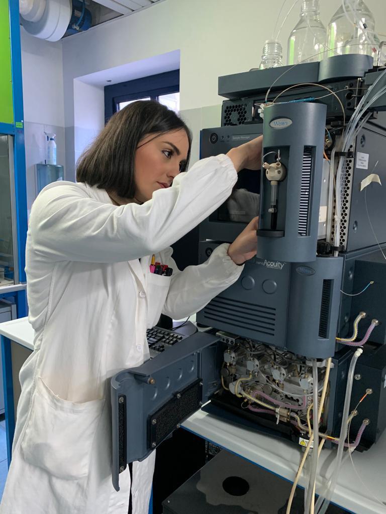 un'altra fotografia che ritrae la dott.ssa Germana Lentini in laboratorio