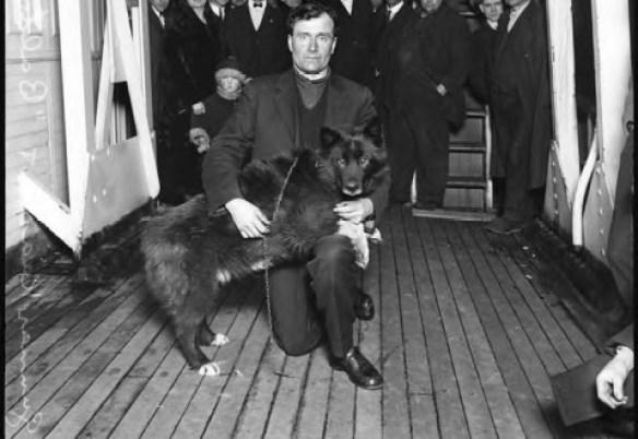 Balto e G. Kaasen. La fotografia è stata scattata a Seattle il 21 marzo 1925 e ritrae il vero cane Balto assieme a Gunnar Kaasen, che ha guidato l'amico a 4 zampe per tutta la durata dell'ultimo tratto della staffetta salva-vita.