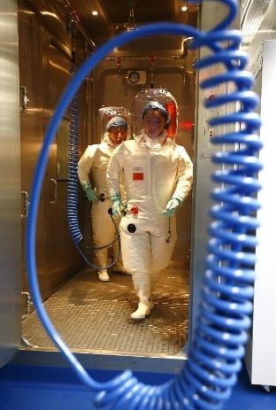 operatori nel laboratorio bsl4 di Whuan