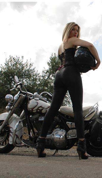 Carmen y moto