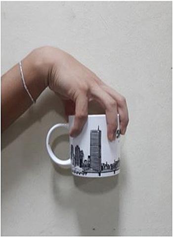 Estudio como coger la taza de cafe