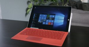 Actualización Anniversary Update de Windows 10 en una Surface con teclado rojo