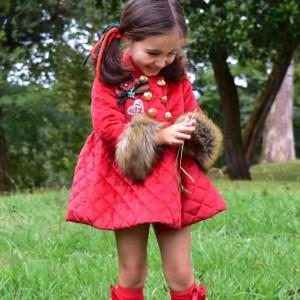 abrigo rojo de terciopelo guateado de coquelin