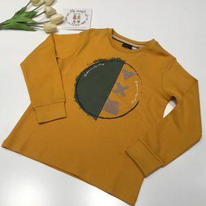 camiseta mostaza y puño en manga de sarabanda