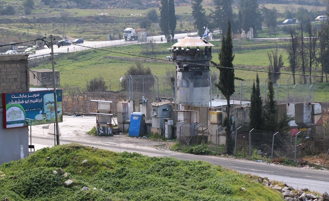 Tour militaire israélienne à l'extérieur du camp d'al-Arroub, à quelques mètres du domicile de la famille Abou Srour (MEE/Akram al-Waara)