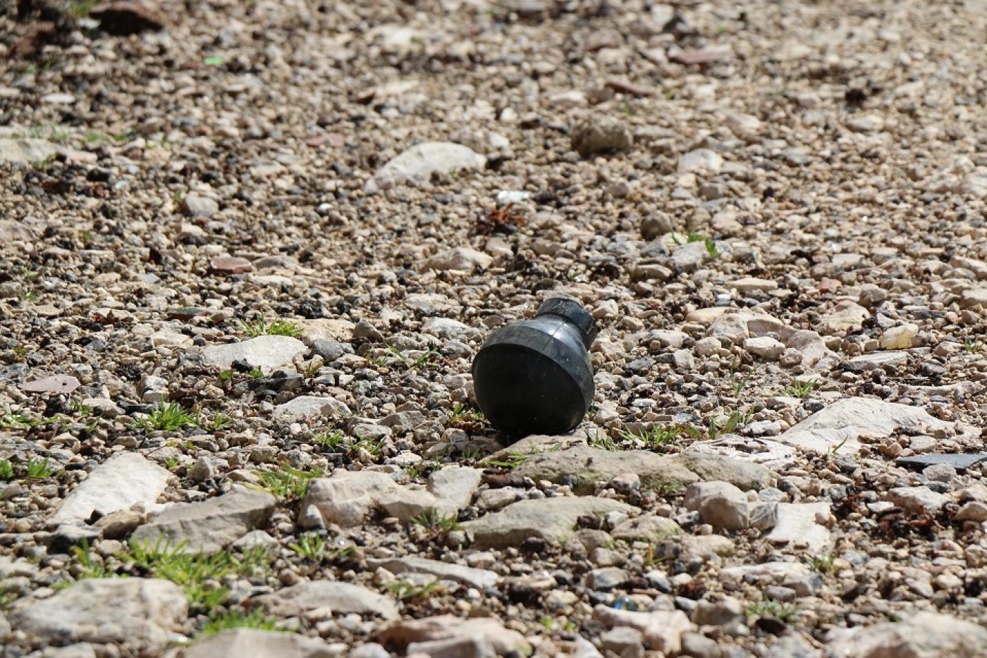 Restes de bombes assourdissantes déclenchées par des soldats israéliens devant le domicile des Abou Srour (MEE/Akram al-Waara)