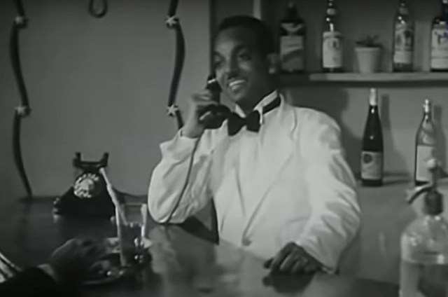Un figurant nubien anonyme joue le rôle d'un barman dans Une balle au cœur (Rossassa fil-qalb, 1944) (capture d'écran)