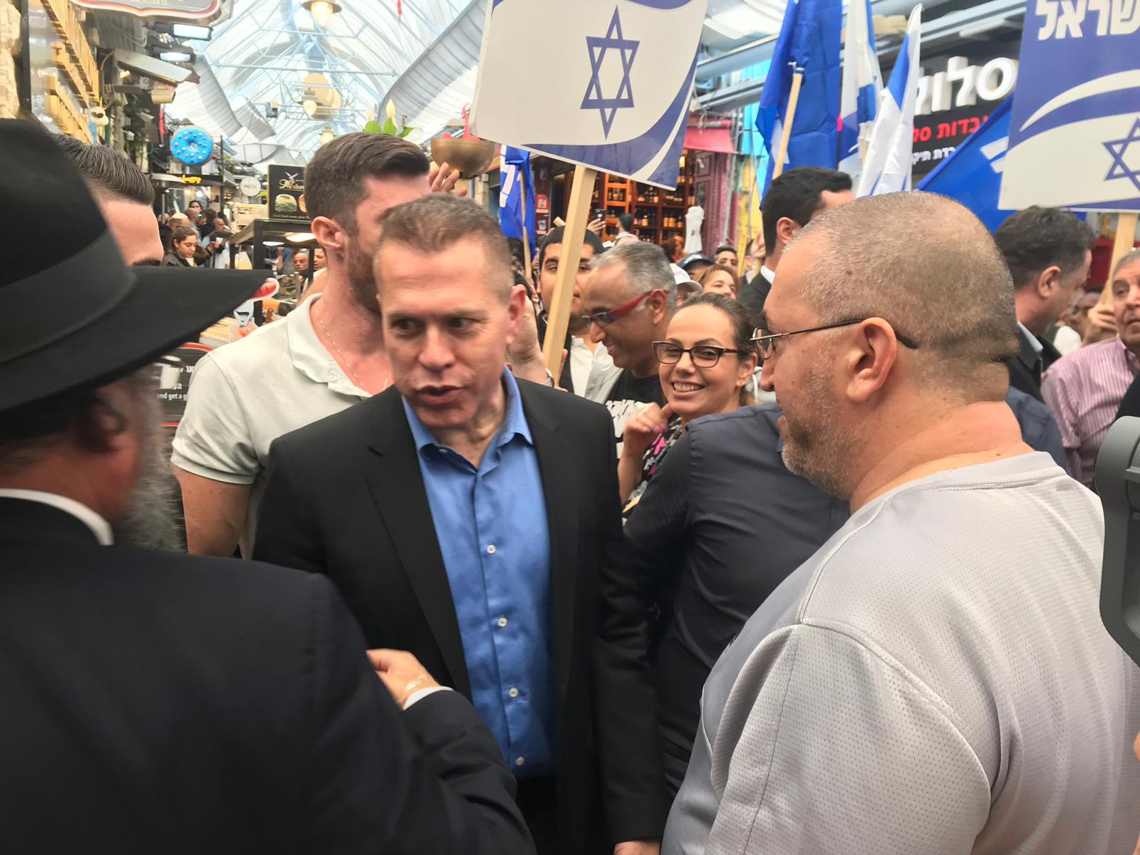 Gilad Erdan, ministre de la Sécurité et de l'Information, en campagne sur le marché de Mahane Yahuda à Jérusalem (MEE/Daniel Hilton)