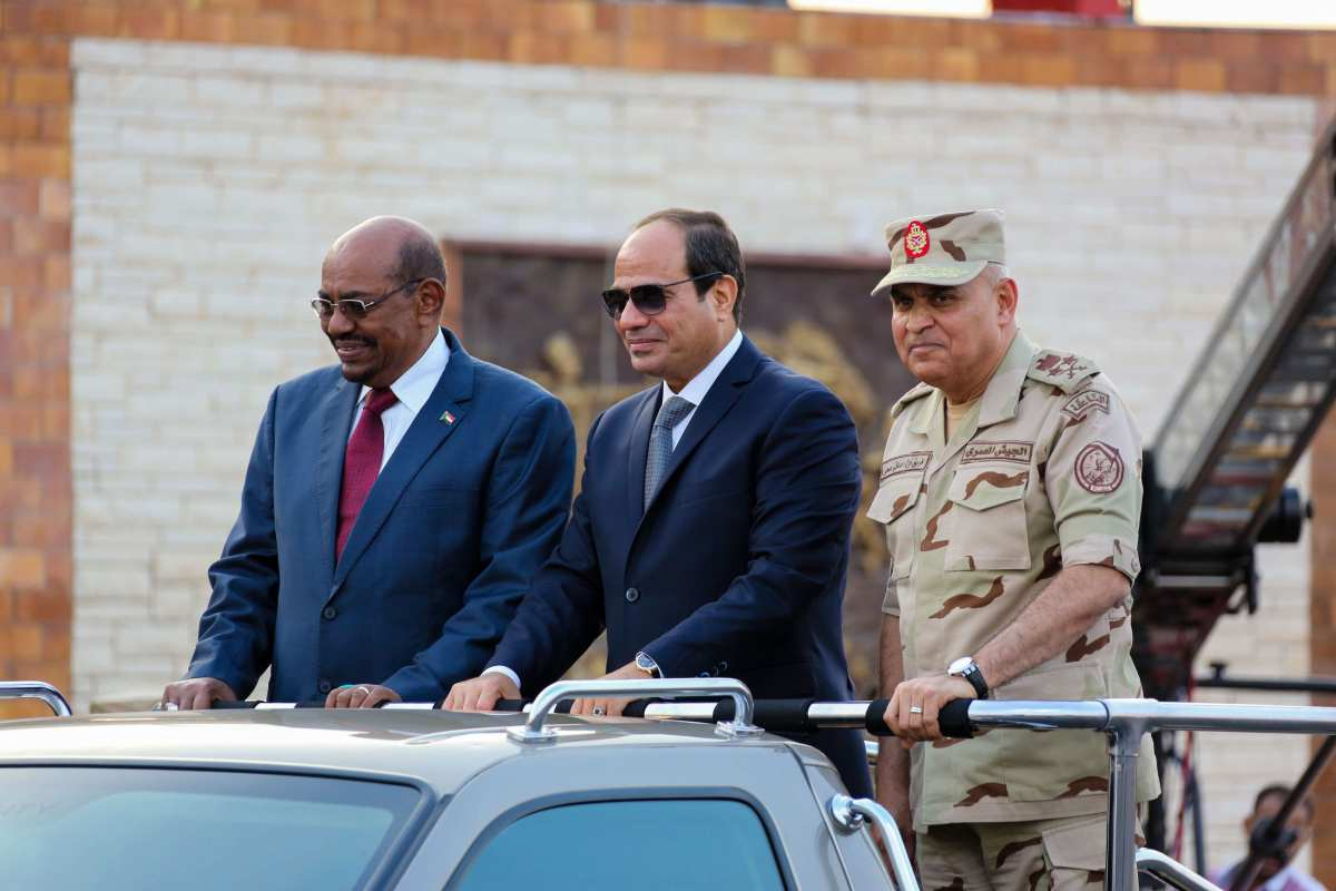 President of Egypt Abdel Fattah el-Sisi (C) and President of Sudan Omar al-Bashir (L) take part in the celebrations staged within 43rd anniversary of the 1973 victory over Israel on 5 October, 2016 [Egyptian Presidency Press Office/Anadolu Agency]