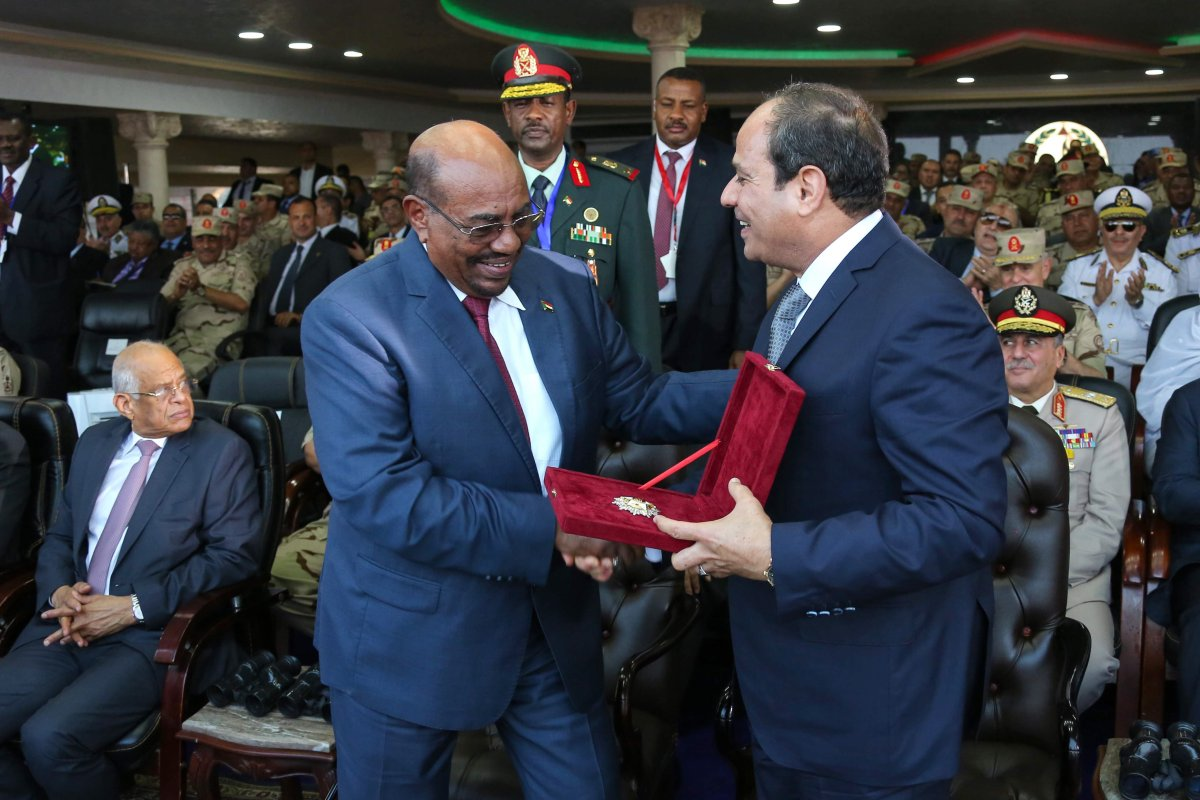 President of Egypt Abdel Fattah el-Sisi (R) and President of Sudan Omar al-Bashir (L) take part in the celebrations staged within 43rd anniversary of the 1973 victory over Israel on 5 October, 2016 in Cairo [Egyptian Presidency Press Office/Anadolu Agency]