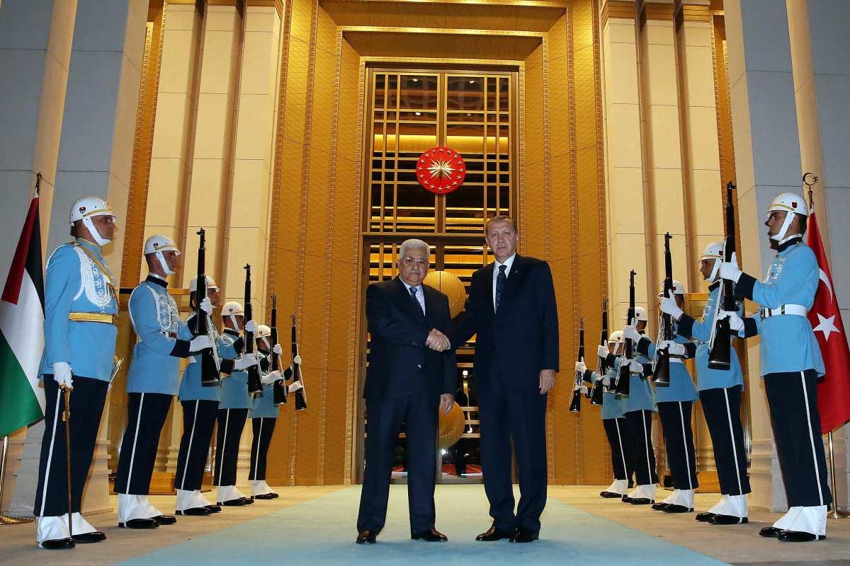 Turkish President Recep Tayyip Erdogan (R) meets Palestinian President Mahmoud Abbas at Presidential complex in Turkey on October 24, 2016. [Murat Cetinmuhurdar/Anadolu Agency]