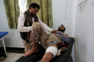 A wounded man takes medical treatment at the es Sevre hospital after he was injured during the clashes between People's Resistance Forces and Houthi forces in Taiz, Yemen on November 17, 2016 [Abdulnasser Alseddik / Anadolu Agency]