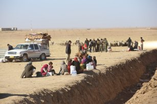 Internally relocated people, who fled their homes due to the clashes, wait to be placed to refugee camps, at Omerkapci village of Bashiqa town in Mosul, Iraq on 20 November 2016 as the operation to liberate Iraq's Mosul from Daesh continues. [Feriq Fereç - Anadolu Agency]