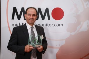 """Prof Yasir Suleiman seen with his award at the Palestine Book Awards 2016 for his work on """"Being Palestinian"""" [Middle East Monitor]"""