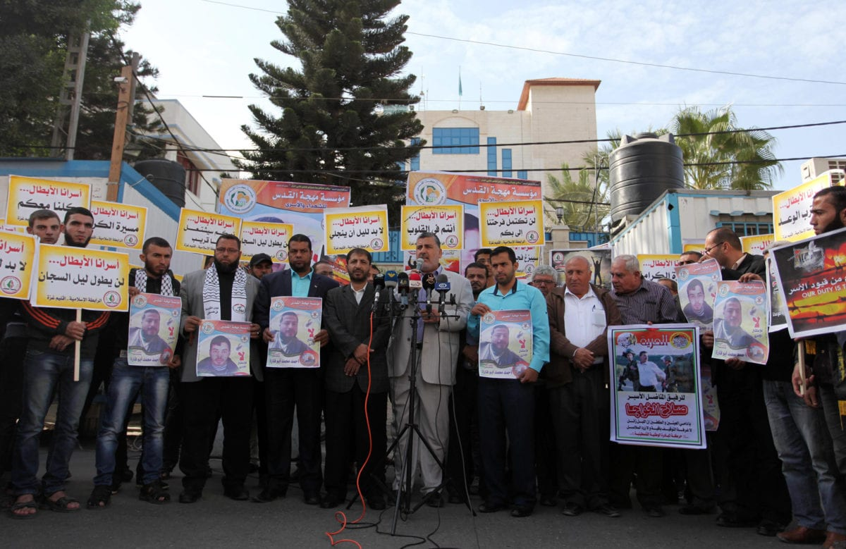 Ahmad al-Mudellel (C), one of the leaders of Islamic Jihad Movement in Palestine, speaks to press during a demonstration to show solidarity with Palestinian prisoners in Israeli jails in front of the United Nations High Commissioner's building in Gaza City, Gaza on 22 November 2016. [Ashraf Amra - Anadolu Agency]