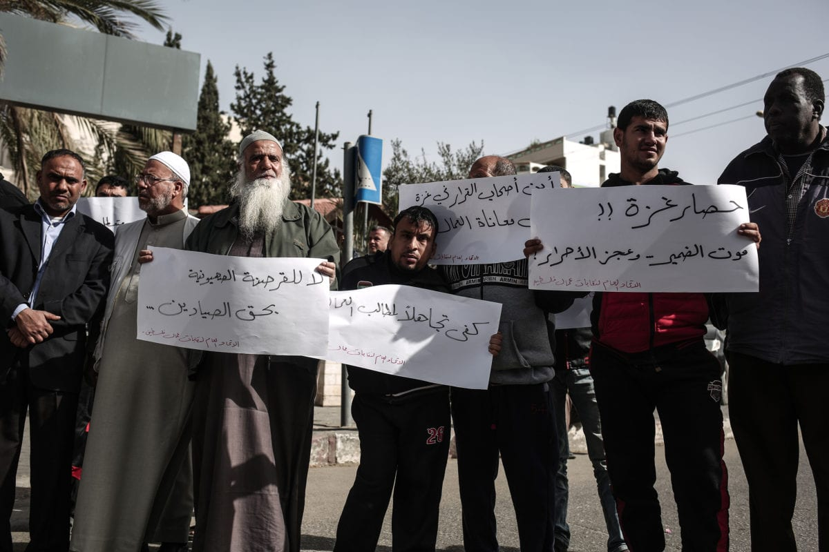 Palestinians attend a protest against unemployment and poverty outside the Palestinian Prime Ministry in Gaza City Gaza on 24 November, 2016 [Ali Jadallah/Anadolu Agency]