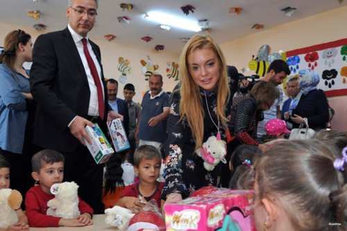 Lindsay Lohan visits Syrian refugees in southeast Turkey on 8th October 2016 [Alarabiya]