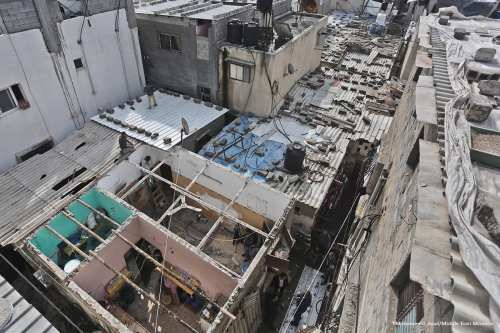 The Ministry of Awqaf and Religious Affairs repairs the roofs of 100 properties in the Gaza Strip [Mohammed Asad/Middle East Monitor]