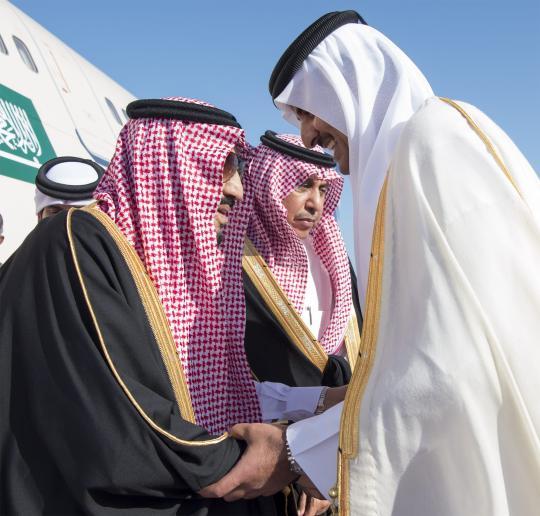 King of Saudi Arabia Salman bin Abdulaziz (L) is welcomed by Emir of Qatar Sheikh Tamim bin Hamad Al Thani (R) at Hamad International Airport in Doha, Qatar on 5 December 2016 [Bandar Algaloud/Anadolu Agency]