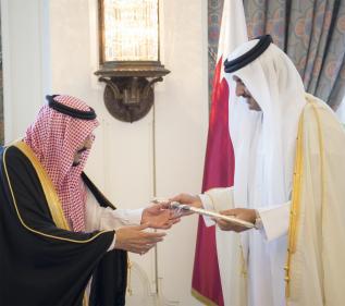 DOHA, QATAR - DECEMBER 5: Emir of Qatar Sheikh Tamim bin Hamad Al Thani (R) presents a gift to King of Saudi Arabia Salman bin Abdulaziz (L) during their meeting at Royal Palace in Doha, Qatar on December 5, 2016. ( Bandar Algaloud/ Saudi Kingdom/ Handout - Anadolu Agency )