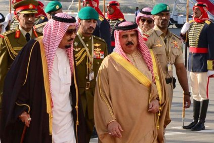King of Saudi Arabia, Salman bin Abdulaziz Al Saud (L) is welcomed by the King of Bahrain, Hamad bin Isa Al Khalifa upon his arrival at Sakhir Air Base in Manama, Bahrain on December 6, 2016 [Stringer / Anadolu Agency]