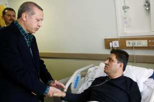 Turkish President Recep Tayyip Erdogan visits the injured police officers at Bezmialem Hospital in Istanbul, Turkey on December 11, 2016 [Kayhan Özer / Anadolu Agency]
