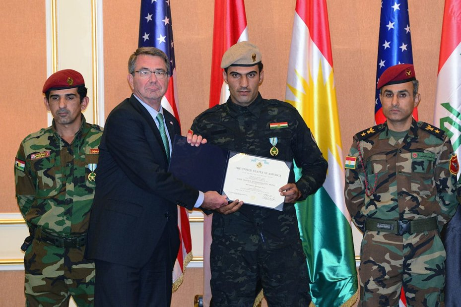 US Defence Secretary Ashton Carter (2nd L) offers a letter of appreciation to a Peshmerga soldier due to his success on fighting against Daesh on December 11, 2016 [Hamit Hüseyin / Anadolu Agency]