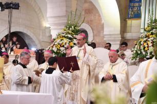 Archbishop Pierbattista Pizzaballa (C), apostolic administrator of the Latin Patriarch of Jerusalem leads a Christmas Eve mass at ElMehd Church in Bethlehem, West Bank on December 25, 2016 [Osama Falah / Palestinian Presidency]