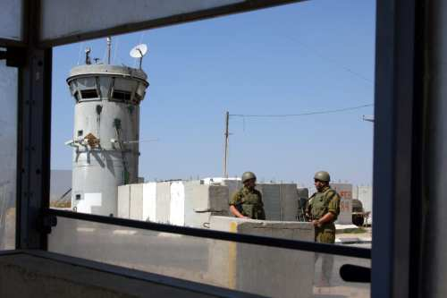 Israeli soldiers stand guard at a checkpoint in West Bank [APAIMAGES PHOTO /Issam rimawi]