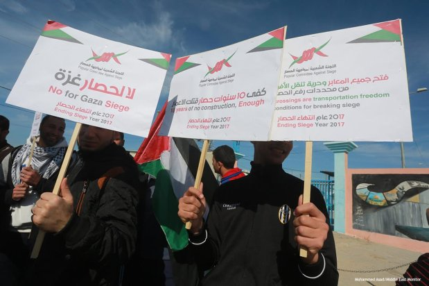 Palestinians hold demonstrations at the Erez crossing against Israel's ongoing siege on the Gaza Strip 5 January 2016 [ Mohammed Asad/Middle East Monitor]