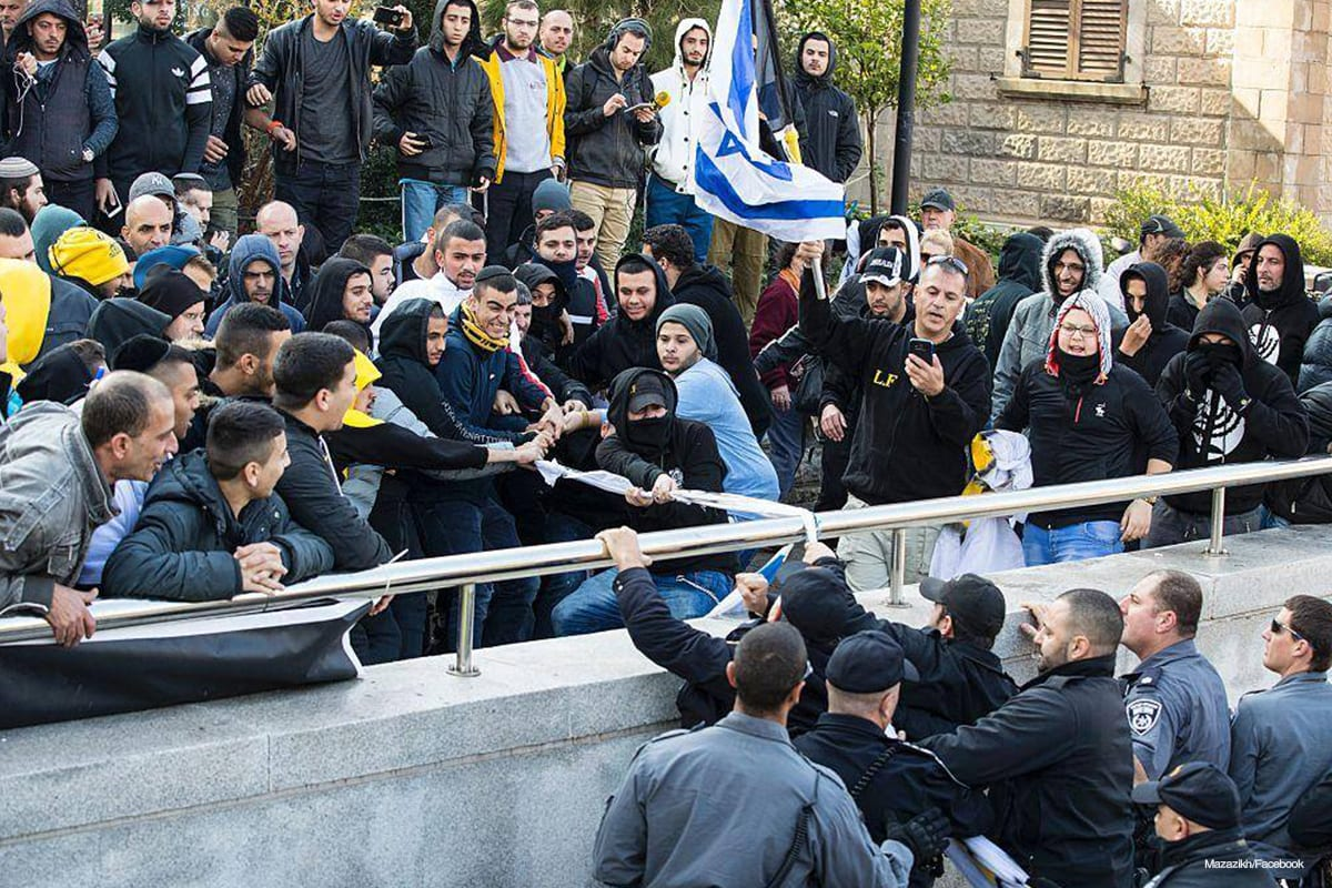 Image of police intervening clashes between the supporters of Elor Azaria and those who support the judges that convicted him [Mazazikh/Facebook]