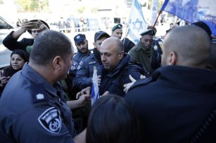Supporters of Israeli soldier Elor Azaria, who is judged for shooting a wounded Palestinian in his head in West Bank's Hebron, discuss with security forces during the trial in Tel Aviv, Israel, on January 04, 2017. ( Daniel Bar On - Anadolu Agency )
