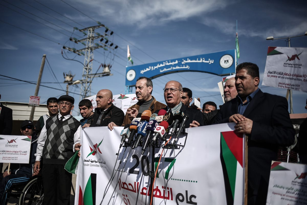 Head of the Popular Committee Against the Siege, Palestinian MP Jamal Al-Khudar (2nd R) holds a press conference in Beit Hanoun, Gaza on 5 January, 2017 [Ali Jadallah/Anadolu Agency]
