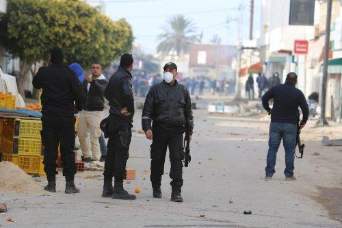 Police at the border crossing between Libya and Tunisia on 11 January 2017 [Tasnim Nasri/Anadolu Agency]