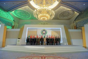 """RIYADH, SAUDI ARABIA - JANUARY 15: Military heads from a total of 13 countries pose for a family photo before attending the """"Fight against Daesh"""" meeting in Riyadh, Saudi Arabia on January 15, 2017. ( Suudi Arabistan Savunma Bakanlığı - Handout - Anadolu Agency )"""