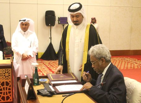 Sudan's Envoy for Diplomatic Contact and Negotiation in Darfur, Amin Hassan Omer (seating), in Doha, Qatar, on 23 January 2017 [Ahmed Youssef Elsayed Abdelrehim/Anadolu Agency}