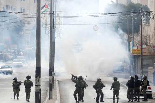 BETHLEHEM, WEST BANK - JANUARY 26: Israeli security forces intervene the Palestinian protesters during a demonstration demanding Israel return the Palestinian bodies killed by Israeli forces, in Bethlehem, West Bank on January 26, 2017. ( İssam Rimawi - Anadolu Agency )