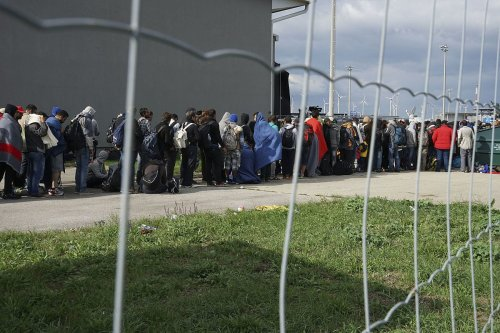 A line of Syrian refugees crossing the border of Hungary and Austria on their way to Germany, 6 September 2015 [Mstyslav Chernov / Wikipedia]