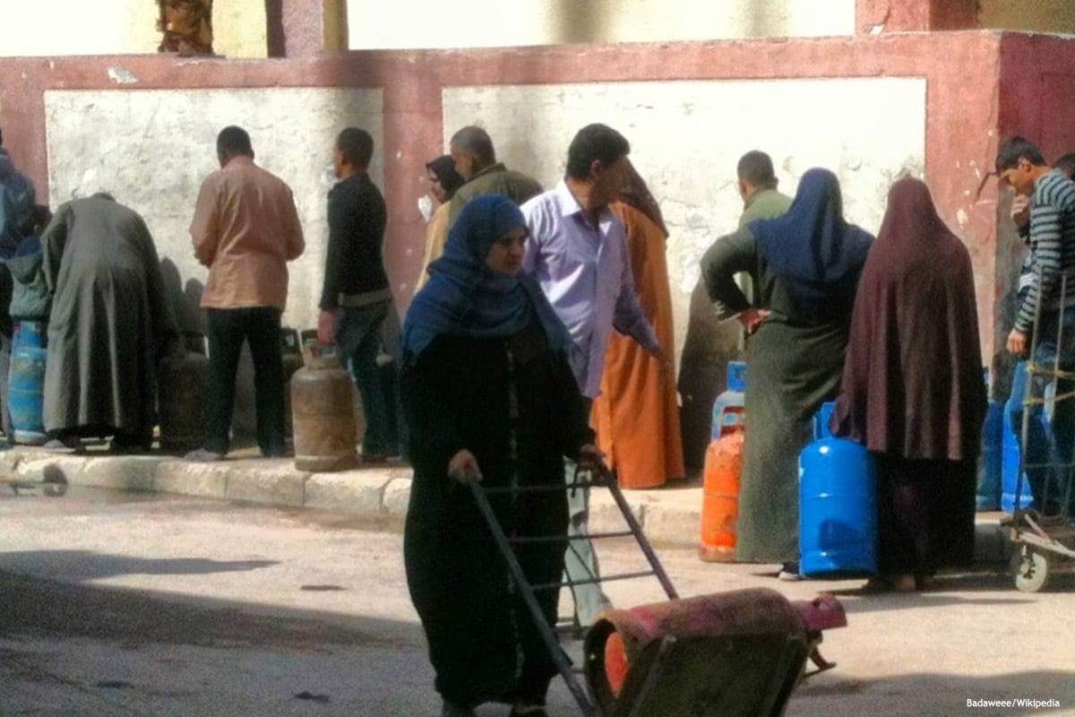 Egyptian people wait in line for clean water [Badaweee/Wikipedia]