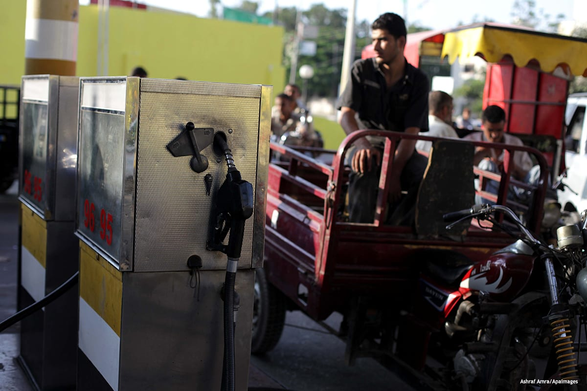 Image of people waiting to fill their vehicles at a gas station [ Ashraf Amra/Apaimages]